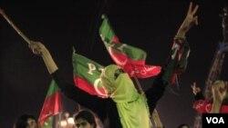 ພວກປະທ້ວງ ທີ່ສະໜັບສະໜູນທ່ານ Imran Khan ນັກຫລີ້ນກິລາ Cricket ແລະນັກບວດອິສລາມ Tahir-ul-Qadri 
