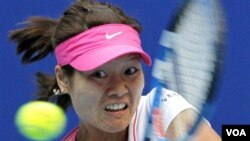 Li Na mengembalikan bola dalam pertandingan China Open (2/10).