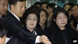 지난 2011년 김대중 전 한국 대통령의 부인 이희호 여사(가운데)와 현정은 현대그룹 회장 (오른쪽)이 북한 입국 준비를 하고 있다.