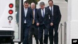 Los senadores republicanos Ted Cruz, John McCain, David Vitter y Richard Shelby, salen de la Casa Blanca bajo la lluvia tras el encuentro con el presidente Obama.