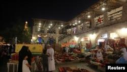 دوحا کے مصروف بازار میں شہری خریداری میں مصروف ہیں