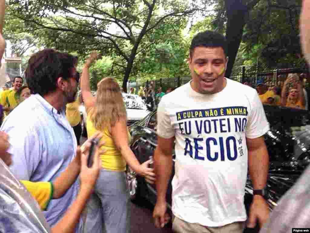 Ronaldo, o fenômeno, vestindo uma camiseta dizendo ter votado no candidato da oposição de Dilma Rouseff.