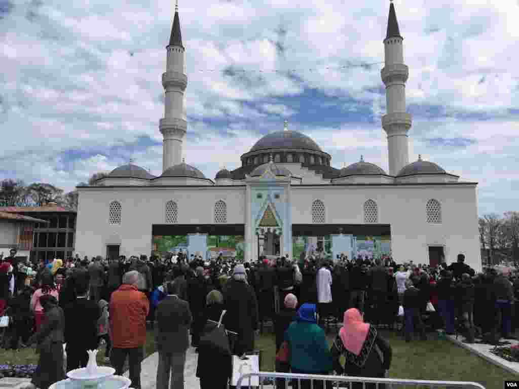 همزمان با سفر هفته پیش اردوغان رئیس جمهوری ترکیه، مرکز اسلامی دیانت در مریلند آمریکا توسط او افتتاح شد. این یکی از بزرگترین مساجد آمریکا است.