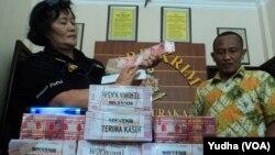 Polisi Solo bongkar sindikat pengedar uang palsu senilai 1,2 Milyar rupiah, 26 Desember 2014 (Foto: VOA/Yudha).
