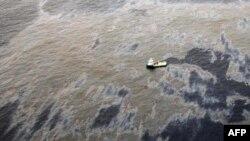ტანკერიდან ოკეანეში ნავთობის ნარჩენები იღვრება