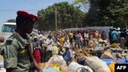 Người tị nạn từ Cộng hòa Trung Phi chờ đợi để nhận lãnh lương thực tại một trại tị nạn của các cơ quan cứu trợ quốc tế.