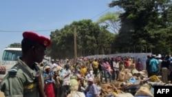 Des réfugiés centrafricains attendant la distribution de vivres dans un camp dans la ville camerounaise de Garoua-Boulai en mars 2014 (AFP)