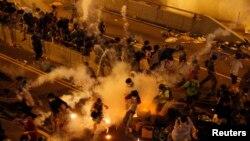 Cảnh sát bắn lựu đạn cay giải tán người biểu tình bên ngoài trụ sở chính quyền Hong Kong, ngày 29 tháng 8, 2014.