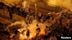 Polisi Hong Kong menembakkan gas air mata untuk membubarkan aksi demonstrasi di komplek gedung pemerintahan, Minggu (28/9).