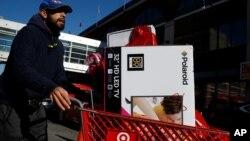 """Seorang pria berbelanja barang-barang elektronik pada """"Black Friday"""" di Brooklyn, New York (24/11)."""