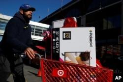 Un hombre sale de una venta especial de Viernes Negro en una tienda de Target en Brooklyn, N.Y. Nov. 24, 2017.