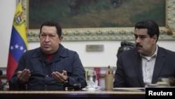 Presiden Venezuela Hugo Chavez (kiri) berbicara kepada media didampingi Wapres Nicolas Maduro di istana Miraflores, Caracas (8 Desember 2012). Chavez kini menjalani perawatan di Havana, Kuba.