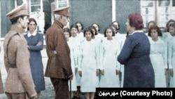 بازدید رضاشاه از یک مدرسه، پس از اجرای طرح کشف حجاب. این عکس قدیمی توسط سایت «مهرمیهن» رنگی شده است.