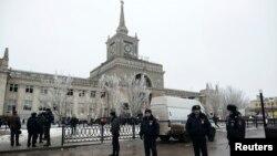 俄羅斯伏爾加格勒火車站12月29日 自殺炸彈爆炸後警察封鎖現場。
