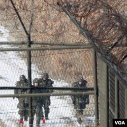 Tentara Korsel terlihat dari balik pagar kawat berduri dekat zona demiliterisasi Korea di Paju, utara Seoul (Foto: dok).