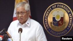 Bộ trưởng Ngoại giao Philippines, ông Albert del Rosario.