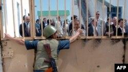 Охранник открывает ворота узбекской тюрьмы