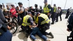 警察在维吉尼亚州维也纳市某地铁站将一男子制服,8月12号是发生在维吉尼亚州夏洛特维尔造成民众伤亡的集会一周年纪念日。
