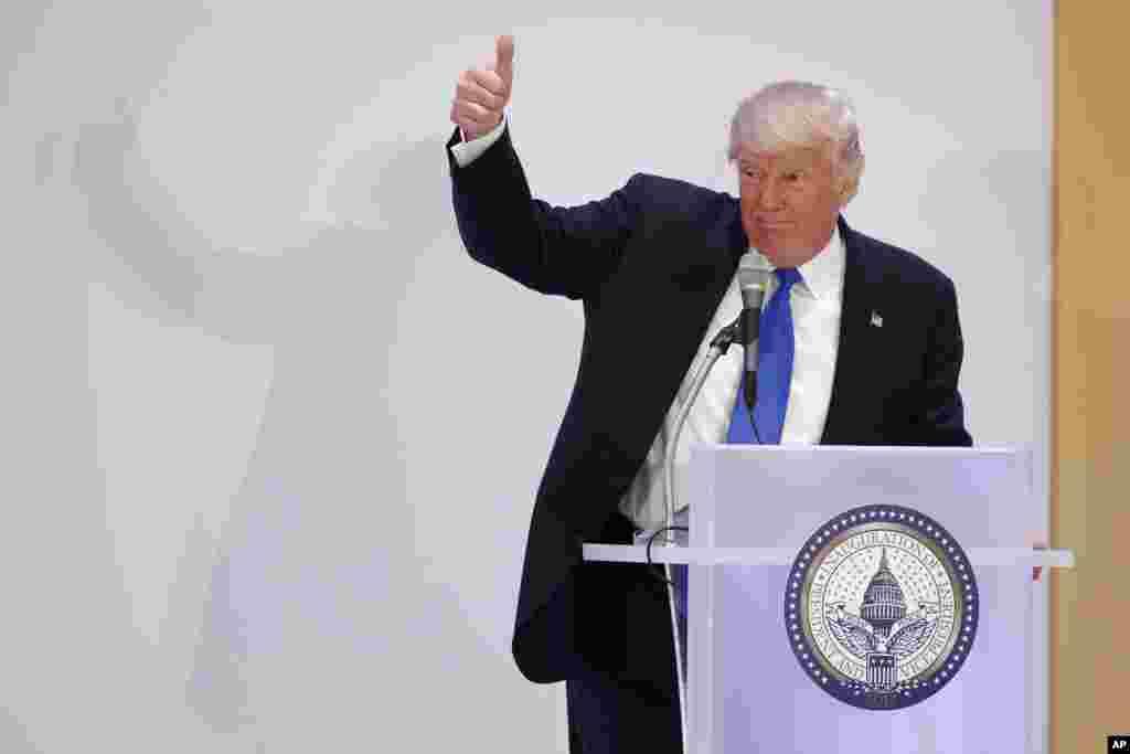 Le président élu des Etats-Unis Donald Trump lève son pouce lors du déjeuner de leadership à Trump International à Washington, 19 janvier 2017.