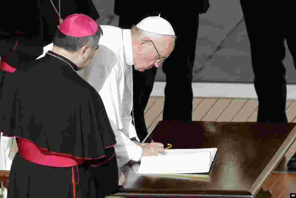 پاپ فرانسیس، رهبر مسیحیان کاتولیک جهان میگوید که سقط جنین، قابل بخشش است. پاپ قدرت کشیشهای کاتولیک را گسترده کرد و در نامه ای که روز دوشنبه منتشر کرد به آنها اختیار داد کسی را که سقط جنین کرده ببخشند.