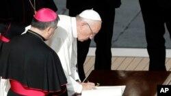 Papa Franja potpisuje pismo na kraju mise u Vatikanu, 20. novembra 2016.