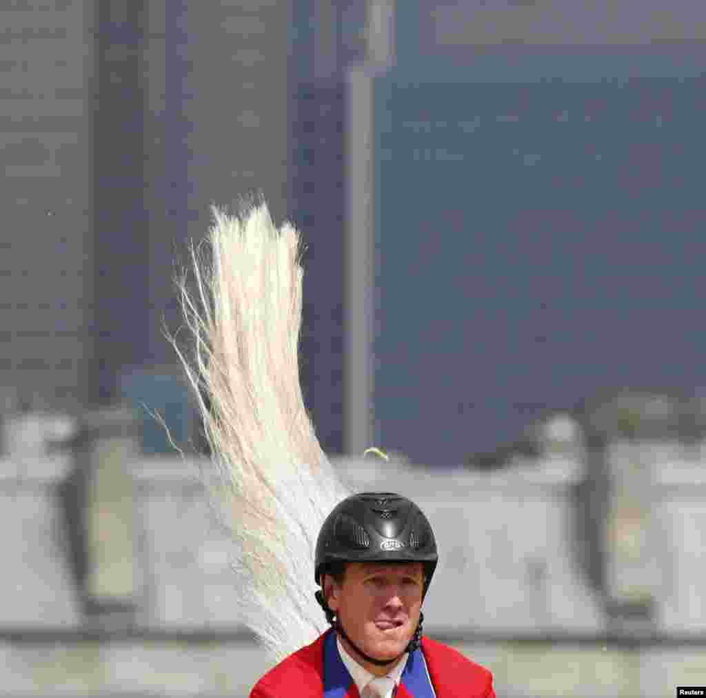El estadounidense Mclain Ward muestra lo que es una verdadera cola de caballo.