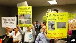 Para pengunjuk rasa menunggu keputusan Dewan Kesehatan Virginia terkait peraturan klinik aborsi di Richmond, Virginia (Foto: dok). Dewan Kesehatan Virginia memberlakukan peraturan lebih ketat tentang aborsi, dengan mengharuskan klinik-klinik aborsi agar memenuhi standar gedung mirip rumah sakit (12/4).
