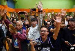 2019年11月25日香港选民在他们支持的一名民主派候选人在区议会选举中获胜后欢呼。