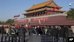 중국 베이징에서 공산당 중앙위 전체회의가 개막한 가운데, 1일 베이징 톈안먼 광장에 배치된 경찰.