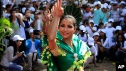 Warga Kamboja pendukung oposisi menggelar peringatan hari HAM di Phnom Penh, hari Selasa (10/12).