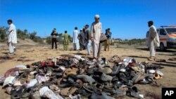 دھماکے کی جگہ ہلاک اور زخمی ہونے والے افراد کے جوتے پڑے ہیں