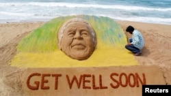 一位艺术家创造了一座沙雕,希望前南非总统曼德拉能够早日康复。