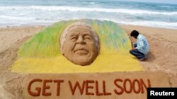 一位藝術家創造了一座沙雕,希望前南非總統曼德拉能夠早日康復。