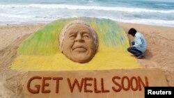 지난 9일 인도 예술가 펫네익이 만델라 전 대통령의 쾌유를 기원하며 모래로 조각상을 만들었다.
