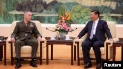 美国参谋长联席会议主席、海军陆战队将军邓福德星期四在北京人大会堂与中国国家主席习近平举行会晤。(2017年8月17日)