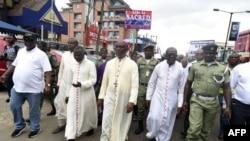 L'archevêque catholique de Lagos, Alfred Adewale Martins, mène une marche de protestation contre les victimes d'attaques violentes à travers le pays à Lagos, le 22 mai 2018.