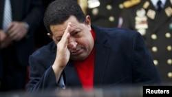 El presidente Hugo Chávez saluda en el palacio de Miraflores. El gobierno venezolano ha convocado a trabajar en un nuevo Plan de Nación.