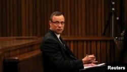 Bintang olimpiade Afrika Selatan Oscar Pistorius saat hadir dalam persidangan di Pretoria, Selasa (25/3).