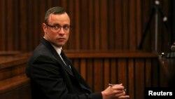 Pistorius khai vô tội đối với những cáo trạng rằng anh cố tình giết chết bạn gái người mẫu Reeva Steenkamp.