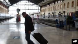 2016年6月1日,在法国南部的马赛火车站一位旅客在空空的站台上走过。