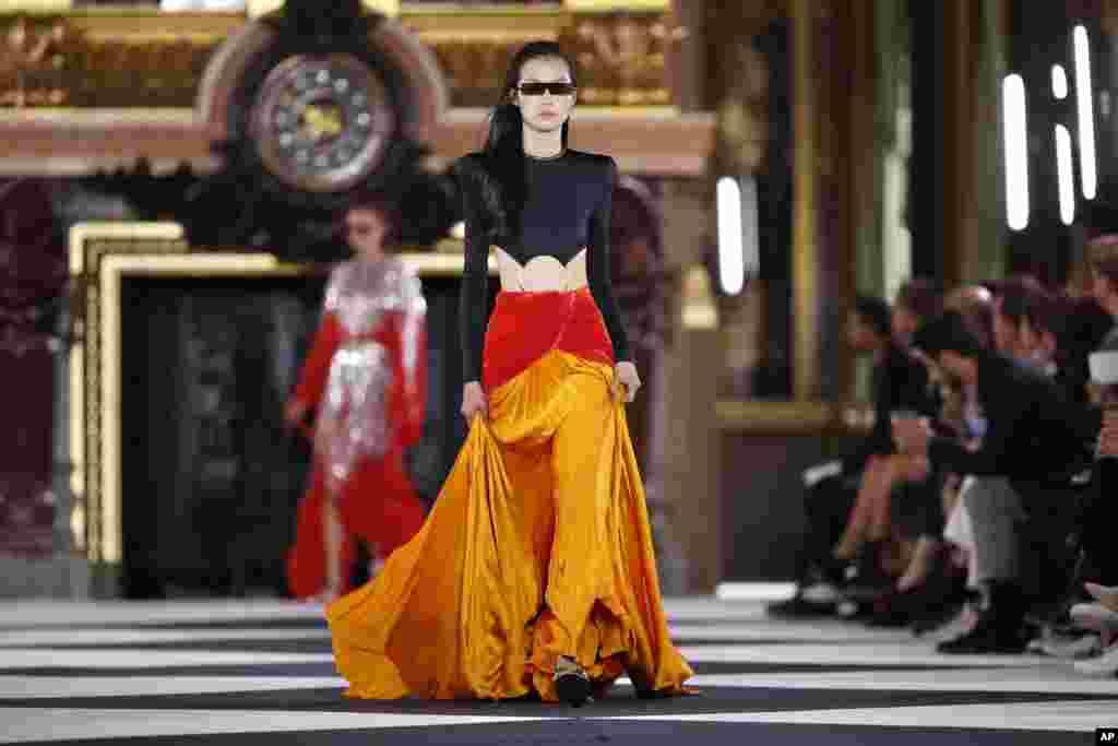 یک مدل در لباسی از برند بالمین.هفته مد پاریس که به نمایش لباس های طراحی شده برای بهار و تابستان ۲۰۲۰ اختصاص دارد.