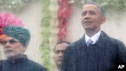 အေမရိကန္သမၼတအိုဘားမား (ယာ) အိႏိၵယႏုိင္ငံ သမၼတႏုိင္ငံထူေထာင္တဲ့ေန႔အထိမ္းအမွတ္အခန္းအနားကိုအိႏၵိယဝန္ႀကီးခ်ဳပ္ Narendra Modi (ဝဲ) နဲ႔ အတူ တက္ေရာက္စဥ္။ (ဇန္နဝါရီ ၂၆၊ ၂၀၁၅)