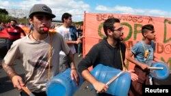 Para demonstran yang memrotes penghamburan dana pemerintah untuk acara Piala Dunia melakukan aksi unjuk rasa di Brasilia (15/6).