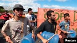 Des manifestants lors d'une marche à Brasilia, 15 juin 2014.