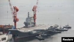 Hàng không mẫu hạm đầu tiên do Trung Quốc thiết kế và chế tạo rời cảng ở Đại Liên, tỉnh Liêu Ninh, để bắt đầu cuộc thử nghiệm trên biển (ảnh tư liệu ngày 26/8/2018).