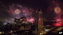Kembang api raksasa menyelimuti angkasa Sungai Hudson dan sisi barat Manhattan di New York dalam Perayaan HUT Kemerdekaan AS tahun lalu (Foto: dok).