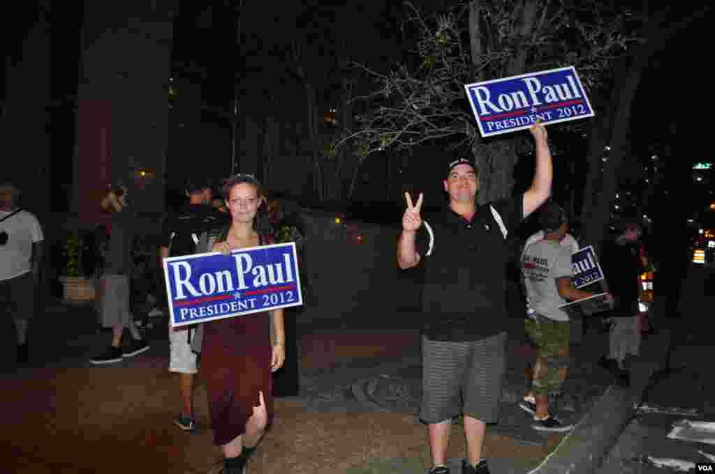 Каждый вечер по окончании работы съезда журналистов на улице встречали сторонники Рона Пола, либертарианца по убеждениям, который баллотировался против Митта Ромни.