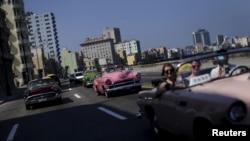 쿠바 수도 아바나 일대의 관광명소인 말레콘 해변에서 택시로 드라이브를 즐기고 있는 여행객들. (자료사진)