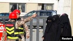 Nhân viên an ninh canh gác trước Tòa án An ninh Nhà nước ở Amman, Jordan.