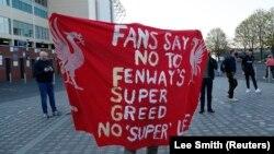 Fans Liverpool memprotes rencana pembentukan kompetisi Liga Super Eropa dalam unjuk rasa di luar stadion, di Leeds, Inggris, Senin, 19 April 2021. (Foto: Reuters)